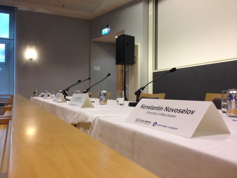 presskonferens_namnskyltar_800px
