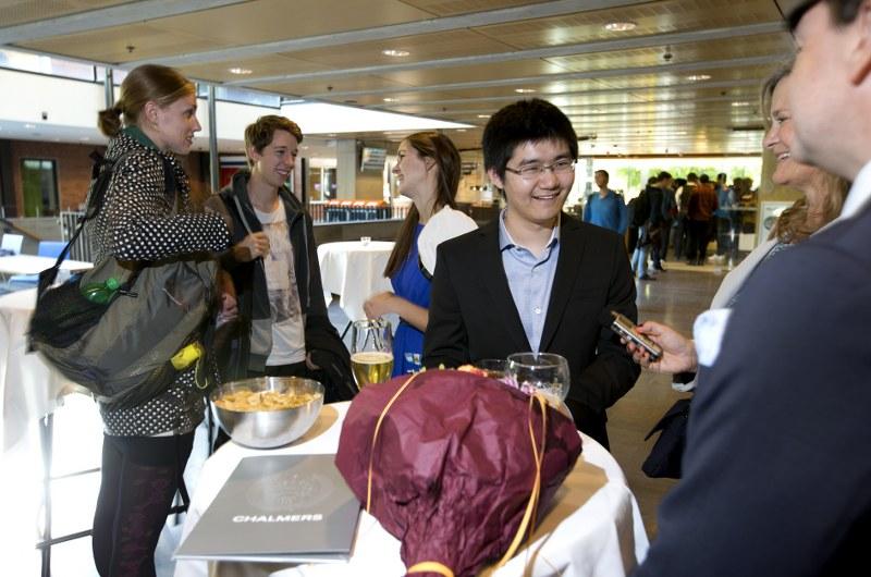 Stiftelsens pris tilldelas Li Wei, i mitten.©Foto: Peter Widing